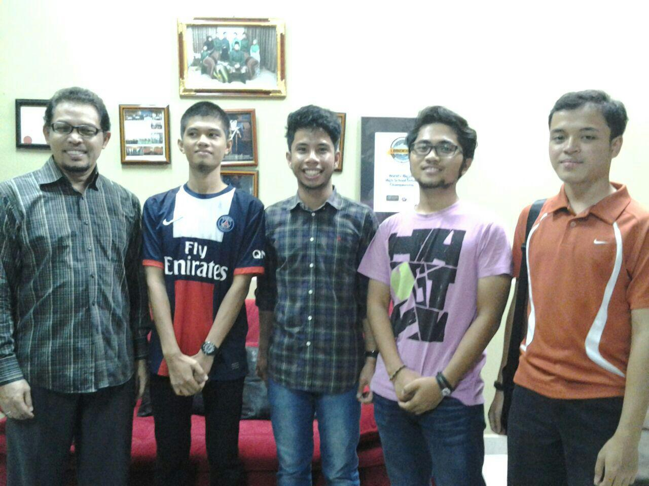 Mr Fauzi with the alumni - Naufal, Megat, Ulil & Imran.